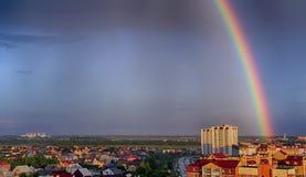 πόλη πέρα από το ουράνιο τόξο στοκ φωτογραφία με δικαίωμα ελεύθερης χρήσης