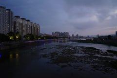 Πόλη ποταμών στη Dawn στοκ εικόνες
