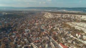 Πόλη που περιβάλλεται από τους δύσκολους λόφους πλάνο Εναέρια άποψη του όμορφου αστικού τοπίου κοντά στα βουνά απόθεμα βίντεο