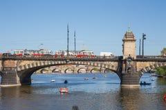 Πόλη Πράγα, Δημοκρατία της Τσεχίας Άποψη στον ποταμό και τη γέφυρα από τον ποταμό Vltava o 2019 24 apse   στοκ εικόνες