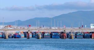 Πόλη στην κίνηση, κυκλοφορία στη γέφυρα με τα αυτοκίνητα, μοτοσικλέτες, λεωφορεία και πολλοί άνθρωποι, ενάντια στην μπλε θάλασσα, φιλμ μικρού μήκους