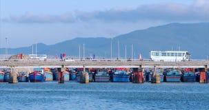 Πόλη στην κίνηση, κυκλοφορία στη γέφυρα με τα αυτοκίνητα, μοτοσικλέτες, λεωφορεία και πολλοί άνθρωποι, ενάντια στην μπλε θάλασσα, απόθεμα βίντεο
