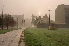 πόλη στην ομίχλη πρωινού Στοκ Εικόνες
