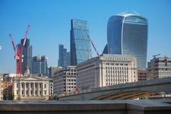 Πόλη της άποψης του Λονδίνου από τον ποταμό Τάμεσης, Walkie-Talkie το κτήριο και τους σύγχρονους ουρανοξύστες Λονδίνο UK Στοκ εικόνες με δικαίωμα ελεύθερης χρήσης