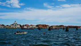 Πόλη της Βενετίας κάτω από τον ουρανό στοκ εικόνες