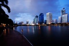 Πόλη της Μπανγκόκ στο χρόνο λυκόφατος Στοκ Εικόνες