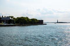 Πόλη της Νέας Υόρκης/ΗΠΑ - 14 Ιουλίου 2018: Νησί και άγαλμα ο κυβερνητών στοκ εικόνες