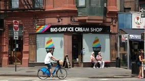 Πόλη της Νέας Υόρκης, Νέα Υόρκη, ΗΠΑ 05 29 αρσενικό πρόσωπο του 2016 στο ενοικιαζόμενο ποδήλατο που περνά storefront του μεγάλου  Στοκ Εικόνες