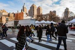 Πόλη της Νέας Υόρκης, Νέα Υόρκη, στις 14 Φεβρουαρίου 2018: Διαγώνια οδός ανθρώπων με Στοκ εικόνες με δικαίωμα ελεύθερης χρήσης