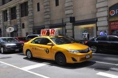 Πόλη της Νέας Υόρκης, στις 2 Ιουλίου: Κίτρινο ταξί στη Πέμπτη Λεωφόρος στο Μανχάταν από πόλη της Νέας Υόρκης στις Ηνωμένες Πολιτε Στοκ Φωτογραφία