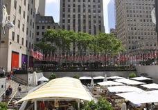 Πόλη της Νέας Υόρκης, στις 2 Ιουλίου: Rockefeller Plaza με την επίδειξη αμερικανικών σημαιών στο Μανχάταν από πόλη της Νέας Υόρκη Στοκ φωτογραφία με δικαίωμα ελεύθερης χρήσης