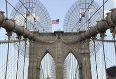 Πόλη της Νέας Υόρκης, στις 3 Ιουλίου: Λεπτομέρειες γεφυρών του Μπρούκλιν πέρα από ανατολικός ποταμός του Μανχάταν από την πόλη τη στοκ φωτογραφία
