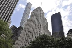 Πόλη της Νέας Υόρκης, την 1η Ιουλίου: Ουρανοξύστες από τη Πέμπτη Λεωφόρος στο Μανχάταν από πόλη της Νέας Υόρκης στις Ηνωμένες Πολ Στοκ εικόνα με δικαίωμα ελεύθερης χρήσης