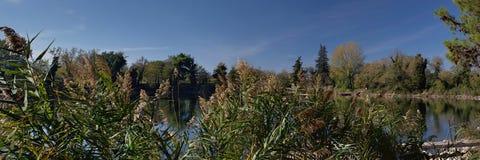 Πόλη της νότιας Ιταλίας Πανοραμική άποψη της λίμνης Telese Αρχαίες romanesque πόλεις Στοκ εικόνα με δικαίωμα ελεύθερης χρήσης