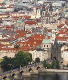 Πόλη της Πράγας με τη γέφυρα Charles πέρα από τον ποταμό Vltava Στοκ Εικόνες