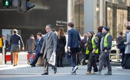 Πόλη του Λονδίνου, άποψη οδών Canary Wharf με τα lols των περπατώντας επιχειρηματιών και της μεταφοράς στο δρόμο Στοκ φωτογραφία με δικαίωμα ελεύθερης χρήσης
