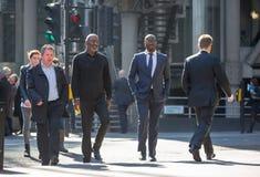 Πόλη του Λονδίνου, περπατώντας επιχειρηματίες στην οδό UK Στοκ Εικόνα