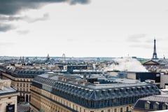 Πόλη του Παρισιού που βλέπει από μια στέγη σε μια κρύα χειμερινή ημέρα στοκ εικόνες με δικαίωμα ελεύθερης χρήσης