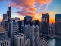 Πόλη του Σικάγου στο ηλιοβασίλεμα στο στο κέντρο της πόλης βρόχο στοκ φωτογραφίες