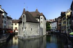 Πόλη του Annecy, κανάλι Thiou και παλαιά φυλακή, κραμπολάχανο, Γαλλία Στοκ Φωτογραφίες