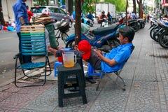 Πόλη του Ho Chi Minh, Βιετνάμ - το Δεκέμβριο του 2018: φύλακας με το κινητό τηλέφωνο στην πολυθρόνα κοντά στις μοτοσικλέτες στο χ στοκ εικόνες
