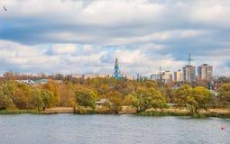 Πόλη φθινοπώρου στην όχθη ποταμού Στοκ εικόνα με δικαίωμα ελεύθερης χρήσης