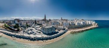 Πόλη Apulia Monopoli κοντά στο μπλε ακτών θάλασσας στον κηφήνα 360 της Ιταλίας vr Στοκ Εικόνες