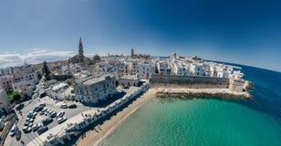 Πόλη Apulia Monopoli κοντά στο μπλε ακτών θάλασσας στον κηφήνα 360 της Ιταλίας vr Στοκ φωτογραφία με δικαίωμα ελεύθερης χρήσης