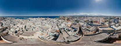 Πόλη Apulia Monopoli κοντά στο μπλε ακτών θάλασσας στον κηφήνα 360 της Ιταλίας vr Στοκ Φωτογραφία