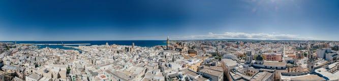 Πόλη Apulia Monopoli κοντά στο μπλε ακτών θάλασσας στον κηφήνα 360 της Ιταλίας vr Στοκ φωτογραφίες με δικαίωμα ελεύθερης χρήσης