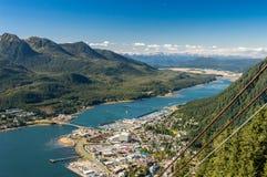 Πόλη Juneau και λιμένας κρουαζιερόπλοιων από το τραμ του Ρόμπερτς υποστηριγμάτων Juneau, Αλάσκα, ΗΠΑ στοκ εικόνες