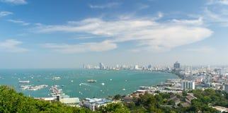 Πόλη Pattaya με το σαφή μπλε ουρανό Στοκ Εικόνες