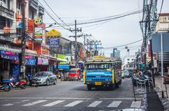 Πόλη Phuket, Ταϊλάνδη - τον Ιανουάριο του 2018: Songtaew σε Patong σε έναν δρόμο με έντονη κίνηση με τις διαφημίσεις παντού κατά  στοκ εικόνες με δικαίωμα ελεύθερης χρήσης