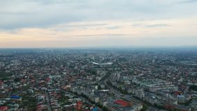 Πόλη Ploiesti, Ρουμανία, εναέριο μήκος σε πόδηα ανατολικών πλευρών απόθεμα βίντεο