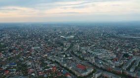Πόλη Ploiesti, Ρουμανία, εναέριο μήκος σε πόδηα ανατολικών πλευρών φιλμ μικρού μήκους