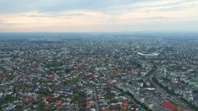 Πόλη Ploiesti, Ρουμανία, εναέριο μήκος σε πόδηα περιοχής ανατολικών πλευρώ απόθεμα βίντεο