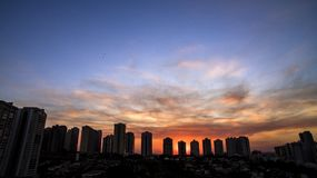 Πόλη Preto Ribeirao στο Σάο Πάολο, Βραζιλία Περιοχή της λεωφόρου Joao Fiusa στην ημέρα ηλιοβασιλέματος Στοκ φωτογραφία με δικαίωμα ελεύθερης χρήσης