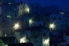 Πόλη Sant ` Angelo Monte στο Foggia, χερσόνησος Gargano στην Ιταλία Σκηνή νύχτας με τα παλαιά κτήρια με τα φω'τα Ταξίδι στην Ευρώ στοκ εικόνες με δικαίωμα ελεύθερης χρήσης