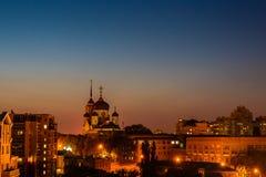Πόλη Voronezh, Ρωσία, Annunciation καθεδρικός ναός νύχτας μεταξύ άλλων κτηρίων και σπιτιών Στοκ φωτογραφία με δικαίωμα ελεύθερης χρήσης