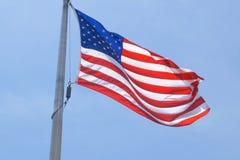 πόλος αμερικανικών σημαιών Οι μύγες σημαιών από τον αέρα Στοκ Εικόνες
