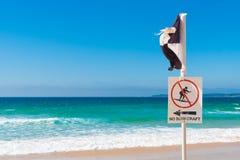 Πόλος προειδοποίησης Lifeguard χωρίς το σημάδι και τη σημαία surfcraft Στοκ φωτογραφίες με δικαίωμα ελεύθερης χρήσης