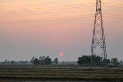 Πόλος υψηλής τάσης, πύργος υψηλής τάσης με το υπόβαθρο ηλιοβασιλέματος ουρανού στοκ φωτογραφία με δικαίωμα ελεύθερης χρήσης