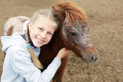 Πόνι και μικρό κορίτσι και ο καλύτερος φίλος της Στοκ Φωτογραφία