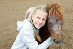 Πόνι και μικρό κορίτσι και ο καλύτερος φίλος της Στοκ Εικόνες