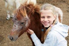 Πόνι και μικρό κορίτσι και ο καλύτερος φίλος της Στοκ Εικόνα