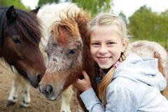 Πόνι και μικρό κορίτσι και ο καλύτερος φίλος της Στοκ φωτογραφία με δικαίωμα ελεύθερης χρήσης