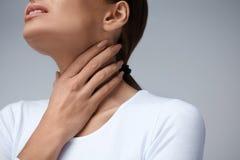 Πόνος λαιμού Γυναίκα κινηματογραφήσεων σε πρώτο πλάνο με τον επώδυνο λαιμό, επίπονο συναίσθημα στοκ εικόνα με δικαίωμα ελεύθερης χρήσης