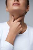 Πόνος λαιμού Γυναίκα κινηματογραφήσεων σε πρώτο πλάνο με τον επώδυνο λαιμό, επίπονο συναίσθημα στοκ φωτογραφίες με δικαίωμα ελεύθερης χρήσης
