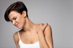 Πόνος λαιμών Όμορφη γυναίκα που έχει τον πόνο στο λαιμό, επίπονο συναίσθημα στοκ εικόνα