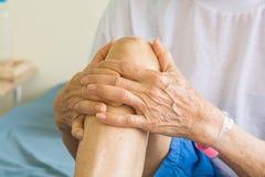 Πόνος γονάτων στους ηλικιωμένους στοκ φωτογραφία
